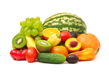 ensalada de frutas: frutas y verduras aislados en un fondo blanco