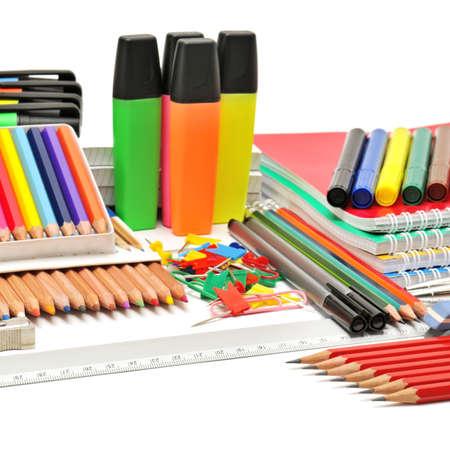 ball pens stationery: artículos de papelería aislado en un fondo blanco