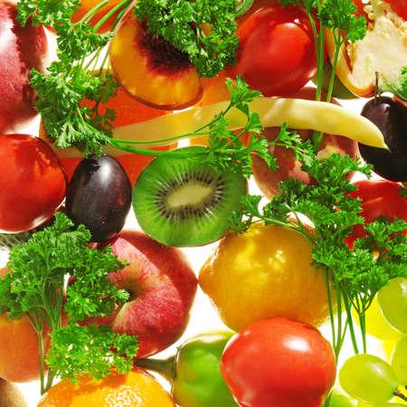 ensaladas de frutas: frutas y verduras aislados en un blanco