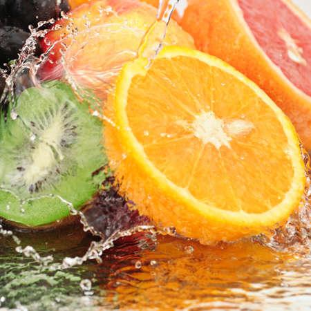 fr�chte in wasser: Obst in einem Spray des Wassers, die isoliert auf wei�em Hintergrund.
