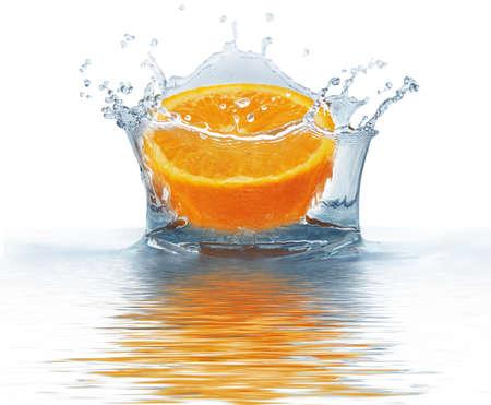 Orange cae en el agua aislado en un fondo blanco. Agua de bienvenida.                                    Foto de archivo