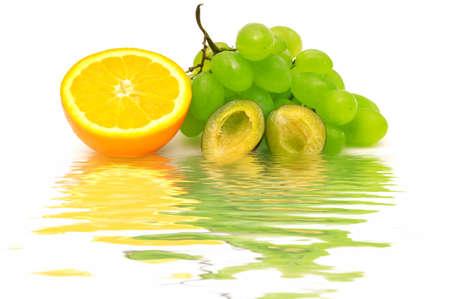 Fruta fresca, reflejado en el agua