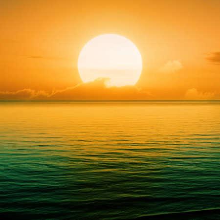 puesta de sol: Hermoso atardecer sobre el nivel del mar