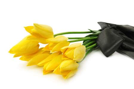 mourn: bouquet di fiori gialli per un funerale isolato su uno sfondo bianco