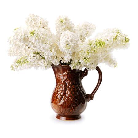 Blumenstrauß aus weißem Flieder auf weißem hintergrund isoliert. Standard-Bild