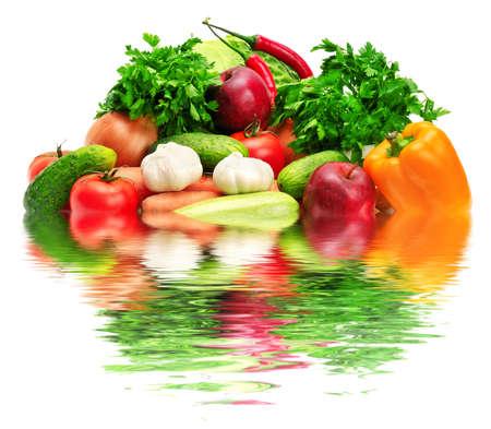 frutas y verduras que se refleja en el agua