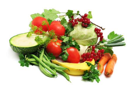 Repollo, cebolla, calabac�n, tomate, guisantes, zanahoria, banana aisladas sobre fondo blanco.