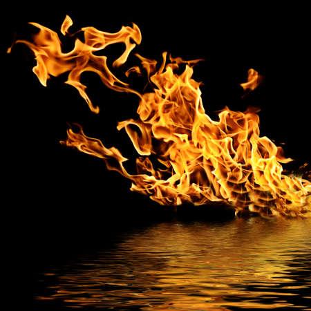 Incendio en el agua. Aislamiento sobre un fondo negro.
