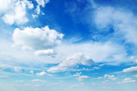 precipitacion: blancas mullidas nubes en el cielo azul                                     Foto de archivo