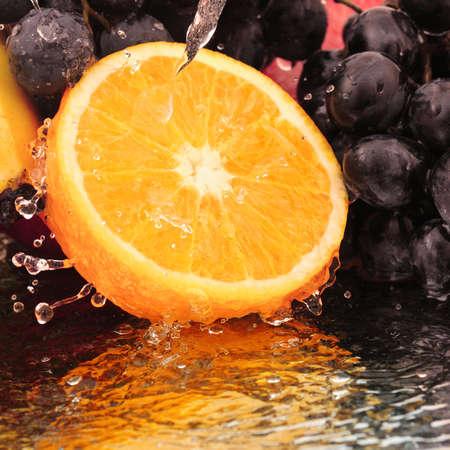 naranjas: Puros de fruta en un chorro de agua