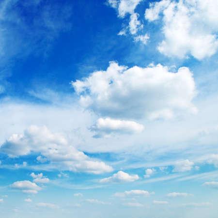 precipitacion: blancas nubes algodonosas en el cielo azul