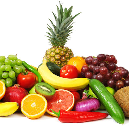 ensalada de frutas: frutas y verduras aislados en un fondo blanco Foto de archivo