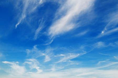 ciel avec nuages: ciel bleu
