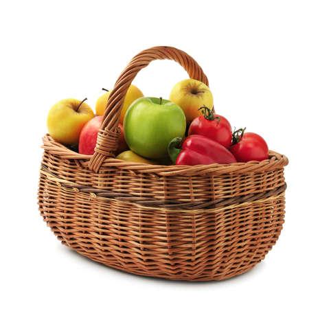 canastas con frutas: frutas y verduras en la canasta aislados sobre un fondo blanco