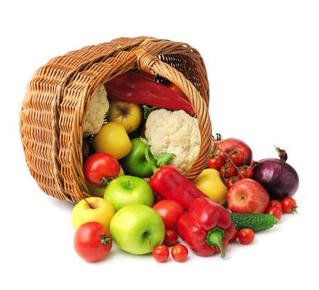 canasta de frutas: frutas y verduras en la cesta aisladas sobre fondo blanco