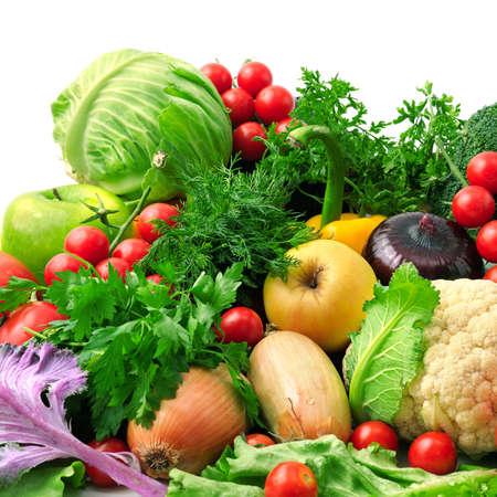 ensalada de frutas: frutas y verduras frescas aisladas sobre fondo blanco