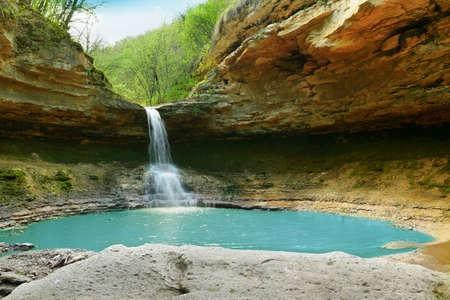 湖泊和瀑布在森林