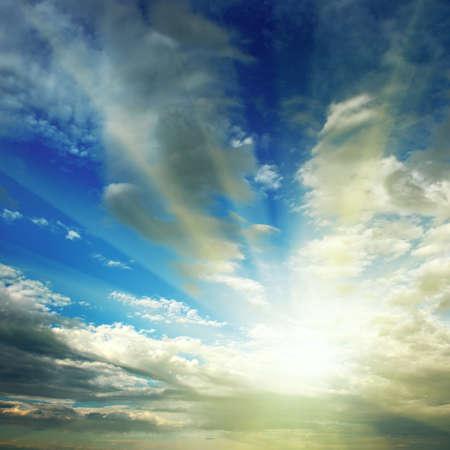 rayos de sol: sol en el cielo azul Foto de archivo