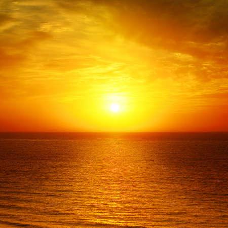 �horizon: Hermosa puesta de sol sobre el mar
