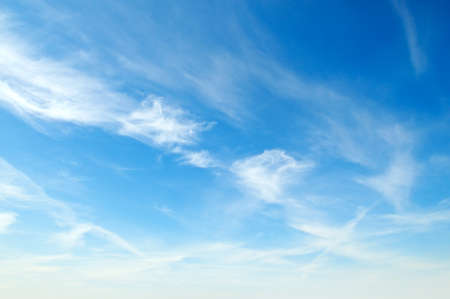 pluizige witte wolken in de blauwe hemel