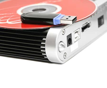disco duro: disco duro, memoria flash y disco del ordenador aislado en un fondo blanco