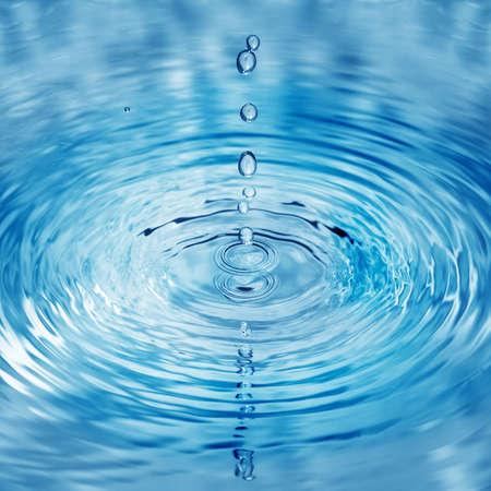 In het water vallen druppels