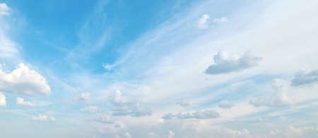 白雲在蔚藍的天空
