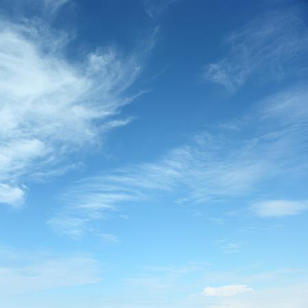 Blanco mullidas nubes en el cielo azul Foto de archivo - 32444303