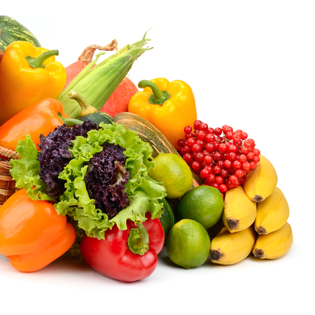 Composition de fruits et légumes dans le panier sur fond blanc