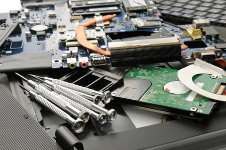 ノート パソコンとツールを分解します。