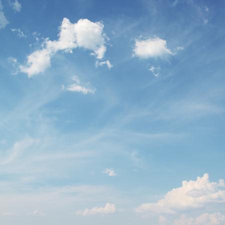 Blauwe hemel met witte wolken achtergrond