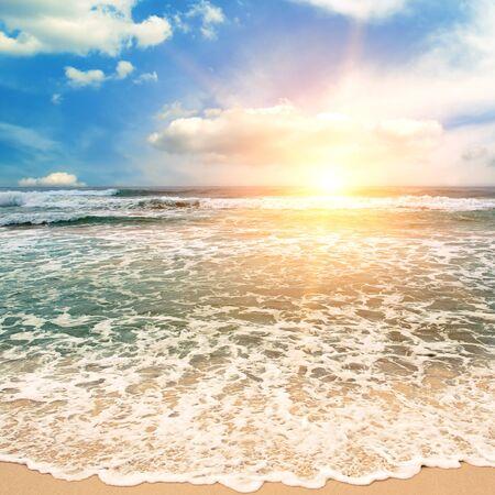 Beau lever de soleil sur la mer