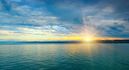 Dawn boven de zee en de blauwe hemel Stockfoto