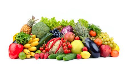Varietà di frutta sana, verdura, frutti di bosco isolati su sfondo bianco.