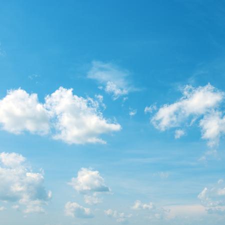 Paisaje celestial - nubes blancas en el cielo azul brillante.