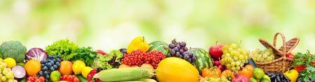 Collage und reifes Obst und Gemüse auf verschwommenem Grün