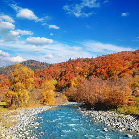 明るい秋の風景谷の山の川。