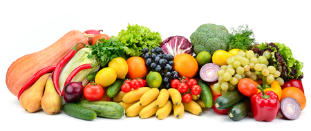 Haufen Obst und Gemüse isoliert auf weiss