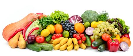 Hoop groenten en fruit op wit wordt geïsoleerd
