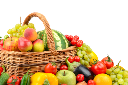 Grande variété de fruits et légumes utiles dans le panier isolé sur fond blanc
