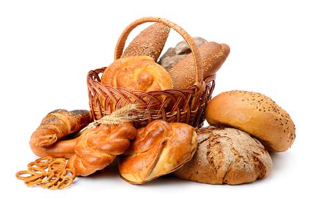 Pan fresco, bollos y galletas en canasta aislado en blanco Foto de archivo