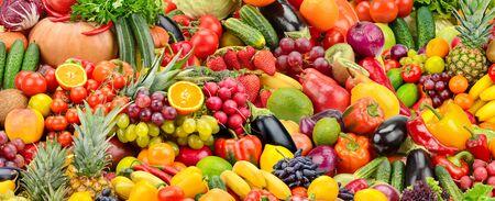 Collage de frutas y verduras frescas y sabrosas. Fondo panorámico brillante natural. Foto de archivo