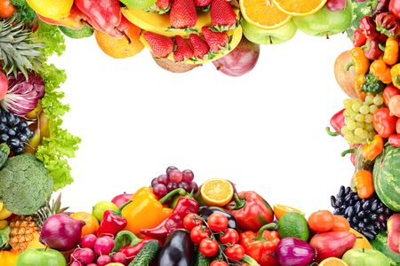Collage de frutas y verduras frescas y saludables en forma de marco aislado en blanco. Espacio libre para texto.