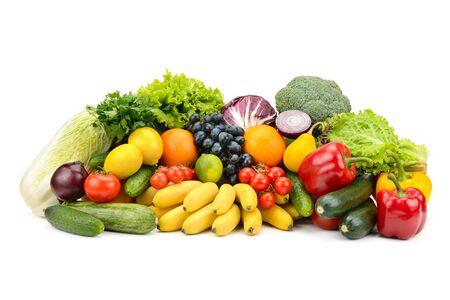 Verschiedene mehrfarbige gesunde Obst und Gemüse auf weißem Hintergrund.