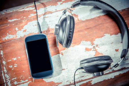 Auriculares y teléfonos fotos de época, escuchar música Foto de archivo