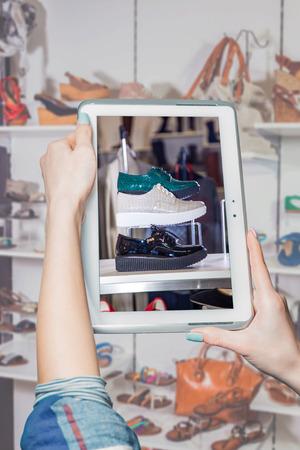 tienda de zapatos: tienda de zapatos online, venta online Foto de archivo
