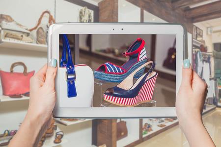 shoe store: tienda de zapatos online, venta online Foto de archivo