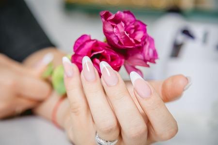 manicura: Manicura con estilo en un fondo de flores Foto de archivo