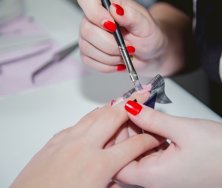 bodycare: Paint your nails in a beauty salon