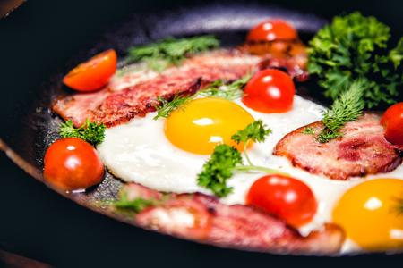 huevos revueltos: Huevos revueltos con tocino un delicioso desayuno Foto de archivo